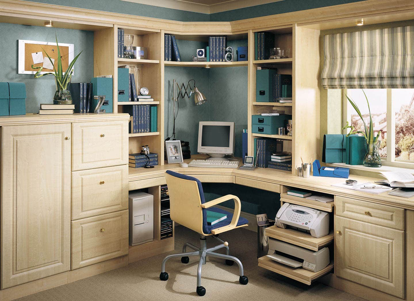 Classic home office with hidden bed in Maple