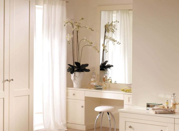 Dressing table fitted into an alcove