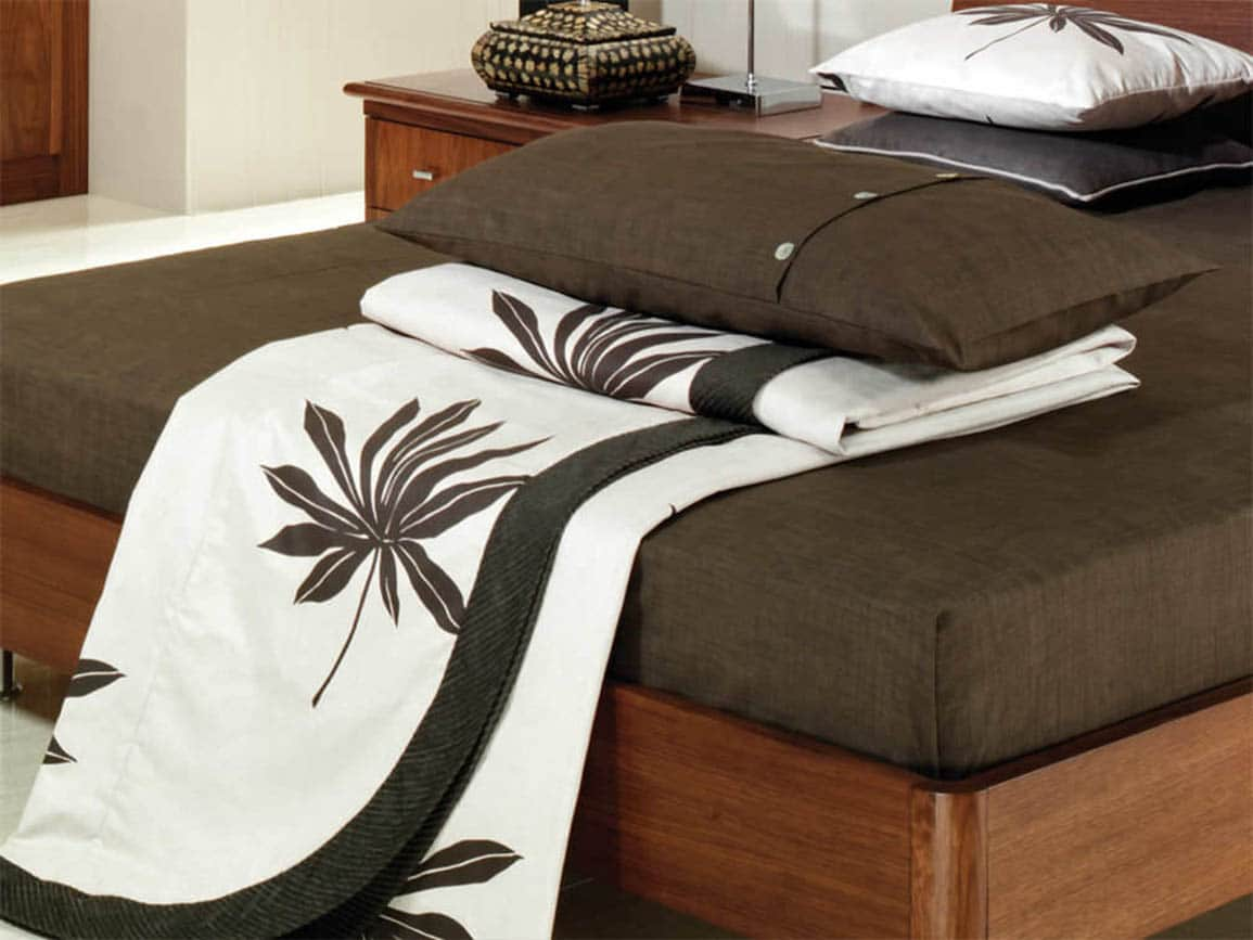 Flower print duvet in dark brown and white