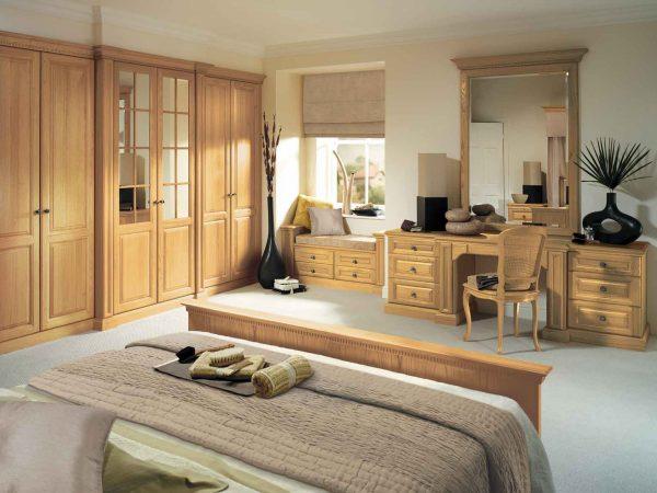 Traditional bedroom furniture in Natural Oak