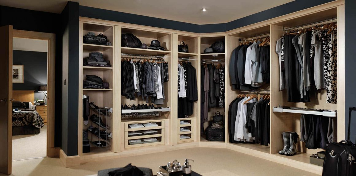 Fitted dressing room in maple