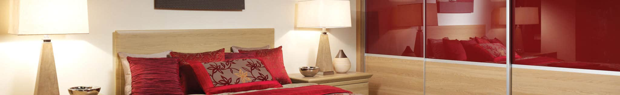 Fitted bedroom with details in red